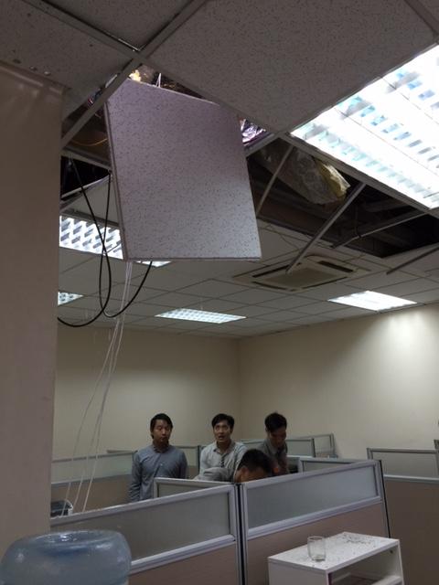 HN: Cột thu sóng gãy văng vào văn phòng, 1 người chết-2