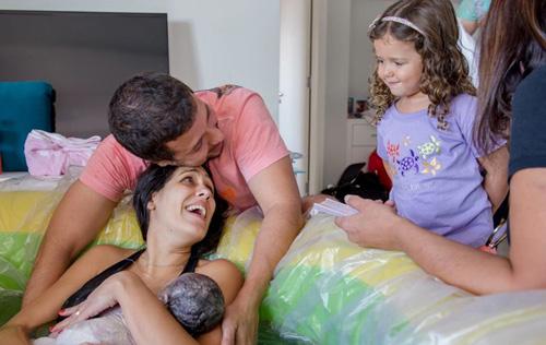 Ảnh mẹ cho con còn nguyên nhau thai bú gây kinh ngạc-11