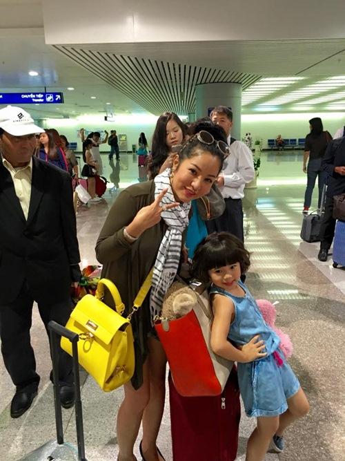 Con gái Thúy Nga nghịch ngợm khi cùng mẹ trở về Việt Nam-9