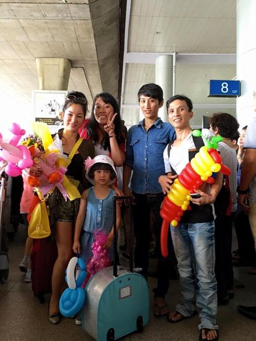 Con gái Thúy Nga nghịch ngợm khi cùng mẹ trở về Việt Nam-10