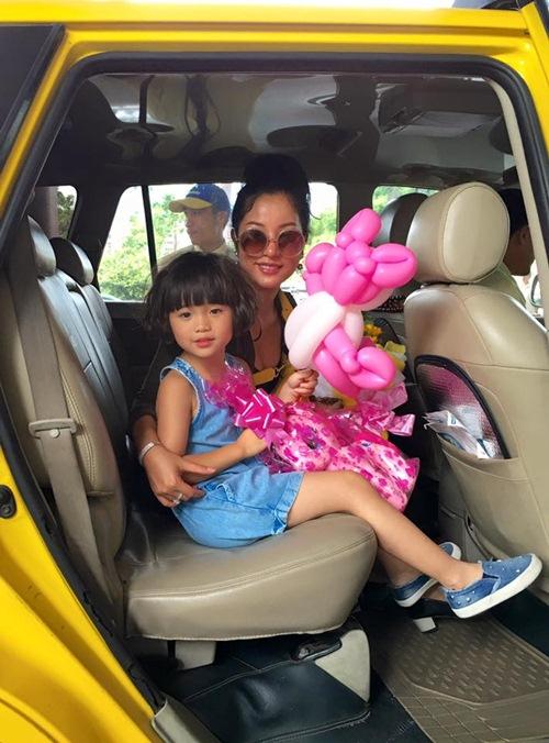 Con gái Thúy Nga nghịch ngợm khi cùng mẹ trở về Việt Nam-11