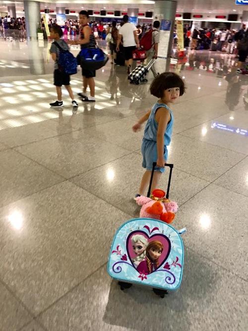 Con gái Thúy Nga nghịch ngợm khi cùng mẹ trở về Việt Nam-5