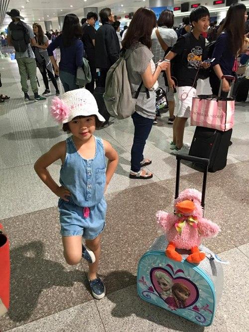 Con gái Thúy Nga nghịch ngợm khi cùng mẹ trở về Việt Nam-6