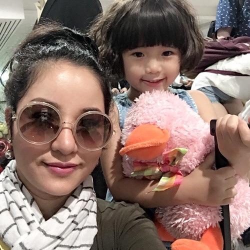 Con gái Thúy Nga nghịch ngợm khi cùng mẹ trở về Việt Nam-8