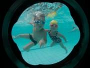Làm mẹ - Bố 4 con bày mẹo dạy trẻ bơi nhoay nhoáy khi đi còn chưa vững