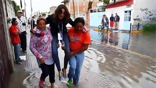 Phóng viên bị sa thải vì bắt người dân bế qua chỗ nước ngập-1