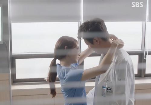 "chuyen tinh bac si tap 8: kim rae won ""que do"" vi tuong duoc nguoi dep om - 5"