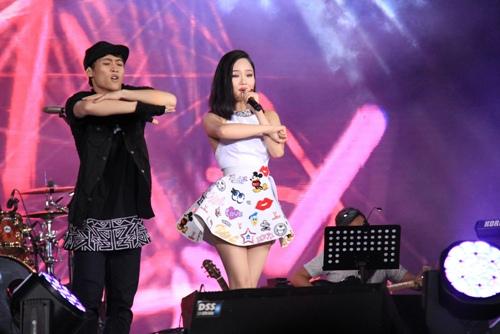 """miu le, chi pu thay phien nhau """"dot chay"""" viral fest asia tai bali - 5"""