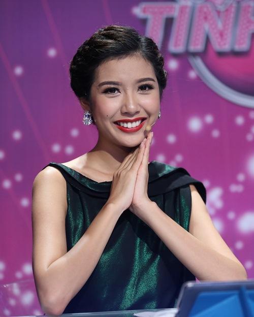 """a hau thuy van tao bao khoe tron lung tran tren """"ghe nong"""" - 4"""
