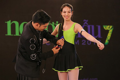 vntm 2016: clip ly qui khanh thang tay cat ao tam cua thi sinh - 2