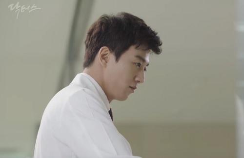 """chuyen tinh bac si"" tap 10: kim rae won bat ngo choc gian ban gai - 6"