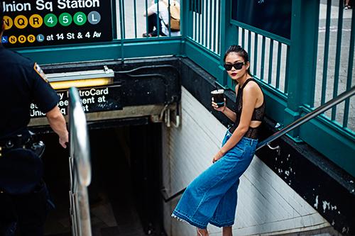 street style cuon hut cua mau thuy tren duong pho new york - 4