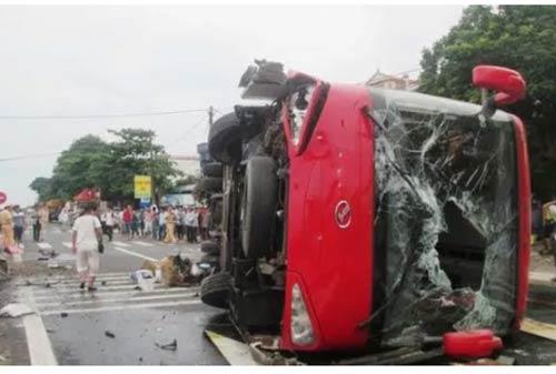 xe khach tong xe may roi lat nghieng, 8 nguoi thuong vong - 1