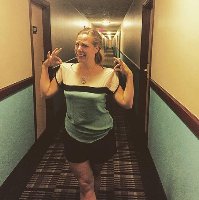 'Méo mặt' vì chiếc áo vô tình trùng với... hành lang.