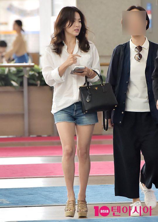 dien ao so mi, quan short, ai bao song hye kyo la chan ngan! - 1