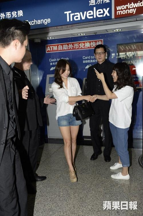 dien ao so mi, quan short, ai bao song hye kyo la chan ngan! - 3