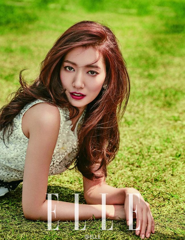 Park Shin Hyetrở thành gương mặt trang bìa của tạp chí Elle số tháng 8/2016.