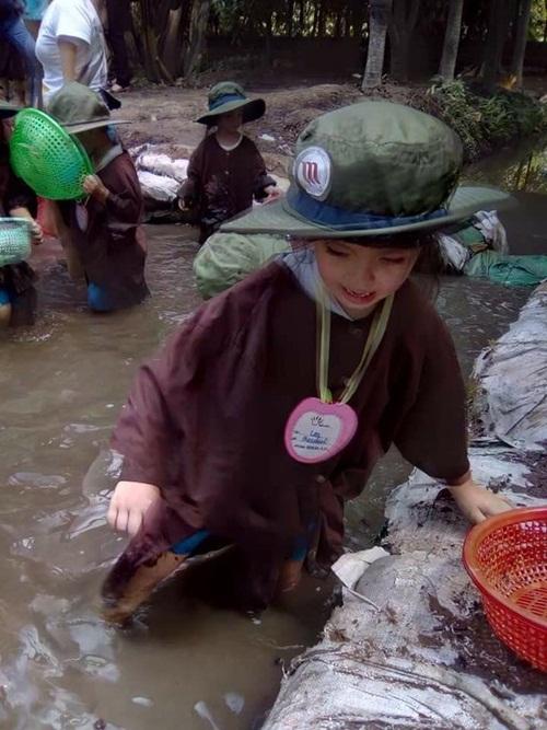 nha co dieu kien, diva hong nhung van khong ngai de con loi ruong lam lem - 4