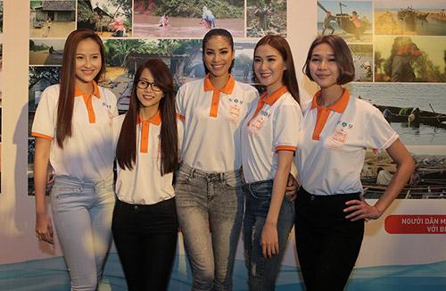 """pham huong lan dau xuat hien cung hoc tro sau """"bao"""" the face - 2"""