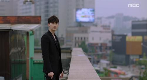 """hai the gioi"" tap 4: cuoi cung thi lee jong suk da ngung ""song ao"" - 2"