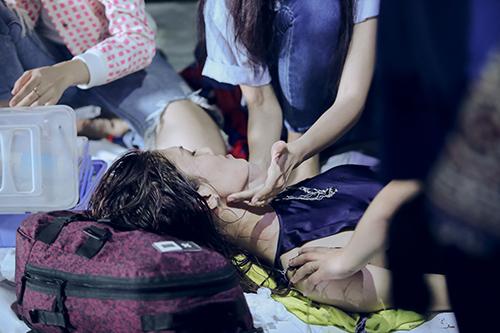 vietnam's next top model 2016: co gai cao nhat ngat xiu khi chup anh duoi mua - 4