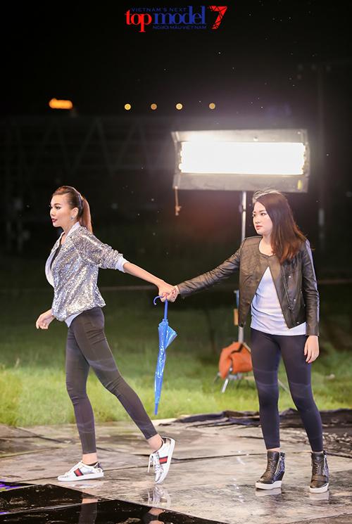 vietnam's next top model 2016: co gai cao nhat ngat xiu khi chup anh duoi mua - 5