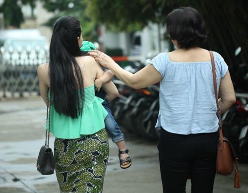 con trai thu thuy lan dau lo dien truoc cong chung - 2