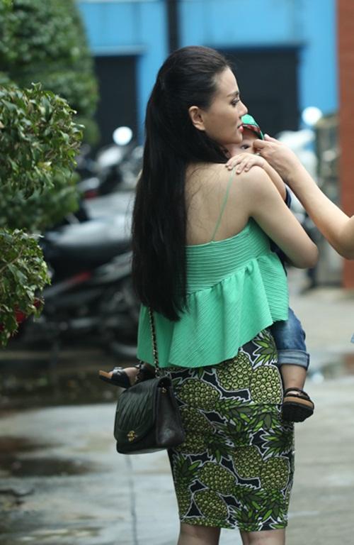 con trai thu thuy lan dau lo dien truoc cong chung - 3