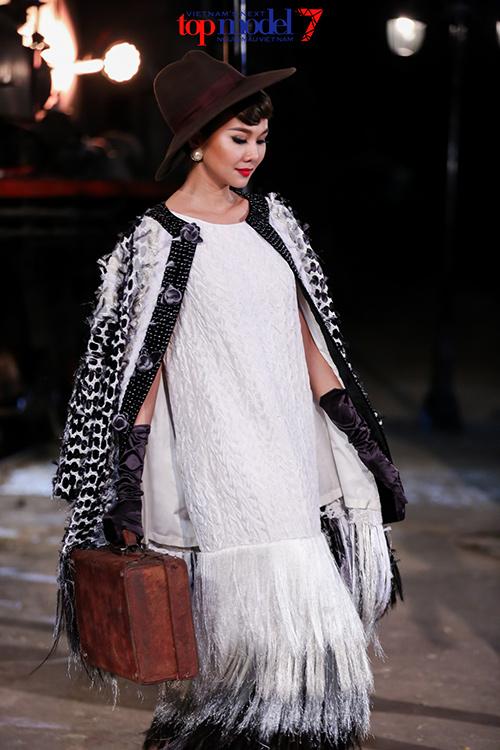 viet nam next top model: ly qui khanh mac ao dinh ten minh, ngam khoe the luc - 5