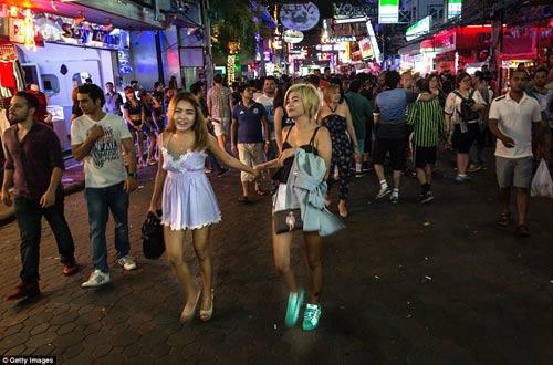 cuoc song ban dem cua gai mai dam tai nhung khu pho den do o thai lan - 10