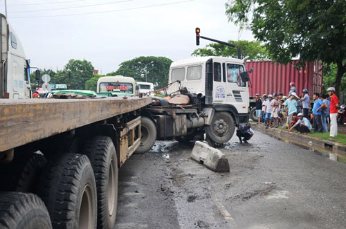 hai hung: container lao vao dong xe dang cho den do - 2