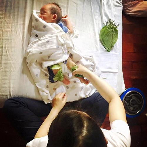 """tan chay"" voi hinh anh con trai so sinh nha ly hai ""lam dep"" bang trau khong - 6"