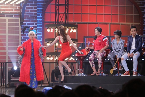 ky phung dich thu: hari won tang bikini cho ngoc trinh tren song truyen hinh - 7