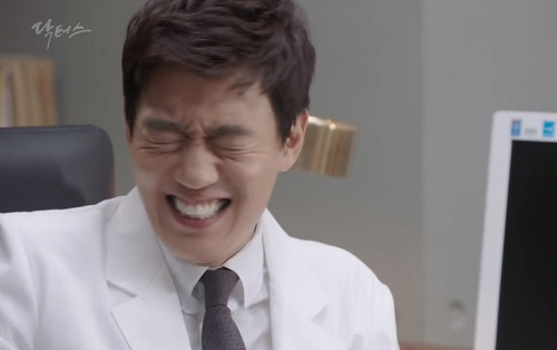 "chuyen tinh bac si tap 15: kim rae won ""nhan mat"" khi duoc ban gai cham soc - 4"