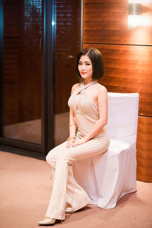 huong tram khoe tron lung tran va hinh xam an tuong - 5