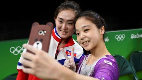 la: hai vdv cua trieu tien va han quoc cung 'selfie' tai olympic rio - 1