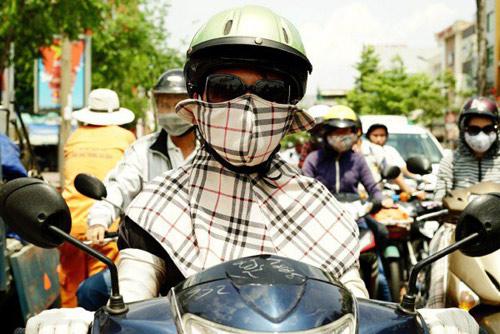 khach tay 'choang' vi trang phuc chong nang kin mit cua phu nu viet - 5