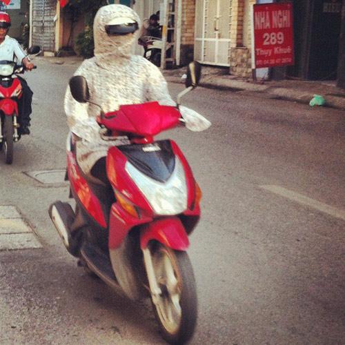 khach tay 'choang' vi trang phuc chong nang kin mit cua phu nu viet - 3