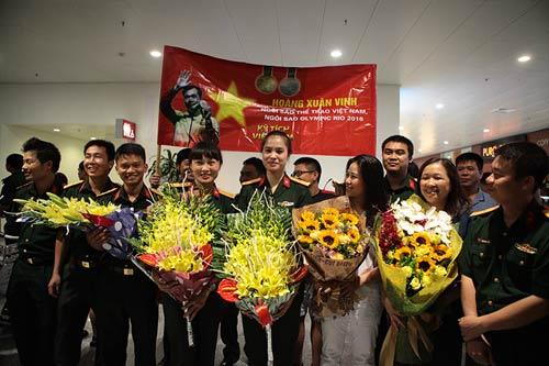 han hoan don 'nguoi hung' olympic hoang xuan vinh ve nuoc - 3