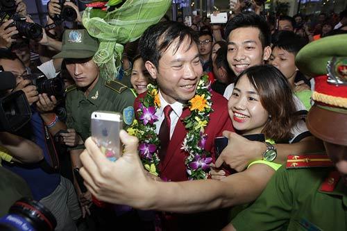han hoan don 'nguoi hung' olympic hoang xuan vinh ve nuoc - 8