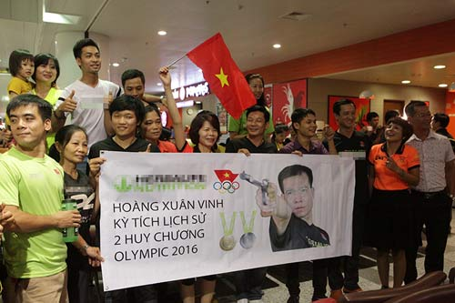 han hoan don 'nguoi hung' olympic hoang xuan vinh ve nuoc - 12