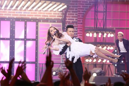 "tv show tuan qua: huong - khue ""that the"" duoi tay ha ho, vietnam idol gap su co - 12"