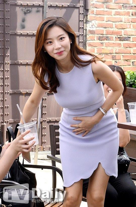 vo bae yong joon lay tay giau bung bau di xem ca nhac cung chong - 2