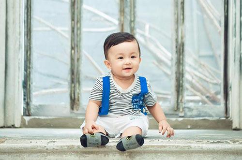 con trai huynh dong - ai chau co khuon mat hai huoc nhu bo me - 7