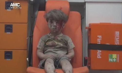 cau be syria day bui va mau loi ra tu ngoi nha bi danh bom khien ca the gioi bang hoang - 1
