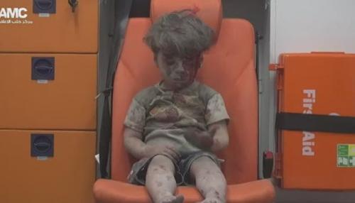 cau be syria day bui va mau loi ra tu ngoi nha bi danh bom khien ca the gioi bang hoang - 3