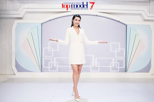 thi sinh next top lao dao vi a hau thuy van hoi xoay - 11