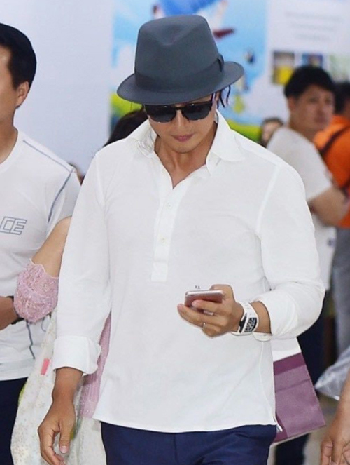 ba xa bae yong joon om nghen, lien tuc lay tay che mieng tai san bay - 3