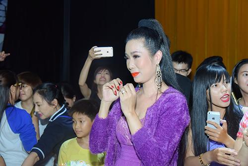 trinh kim chi duoc chong to chuc sinh nhat ngay tren san khau - 7