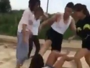 Tin tức - Bị đánh hội đồng dã man, nữ sinh 14 tuổi khóc lóc xin tha